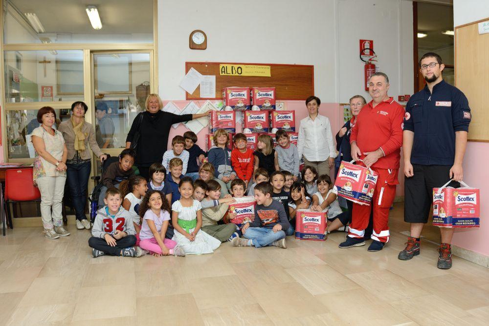 Una delle classi delle scuole elementari con i volontari della Croce Rossa e il Vice Sindaco