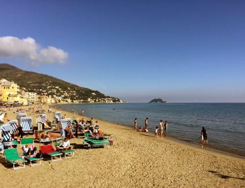 Caldo e turisti in spiaggia, l'estate anche a novembre