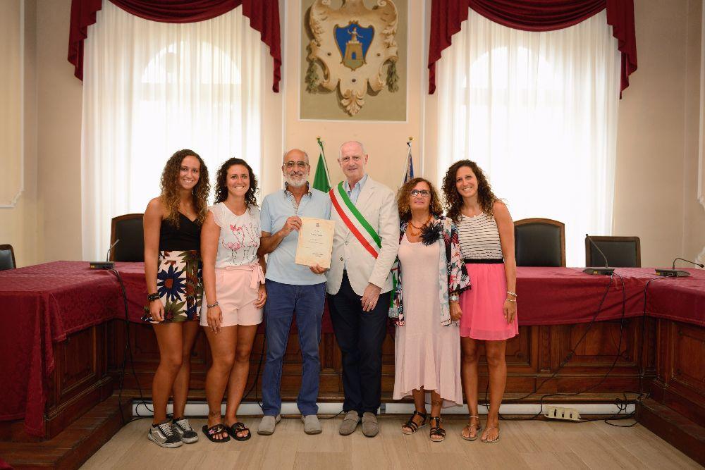 """Dal 1953 in vacanza ad Alassio: il Sindaco premia la """"fedeltà"""" dei turisti"""