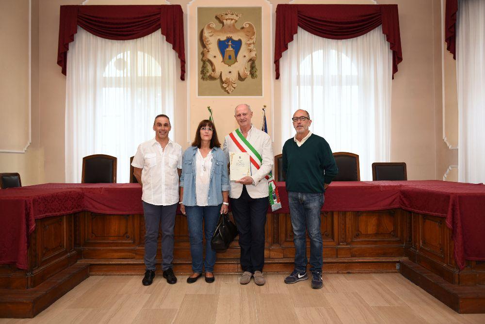 """Turisti dalla Svizzera per 66 volte ad Alassio: il Sindaco Canepa """"premia"""" la loro fedeltà"""