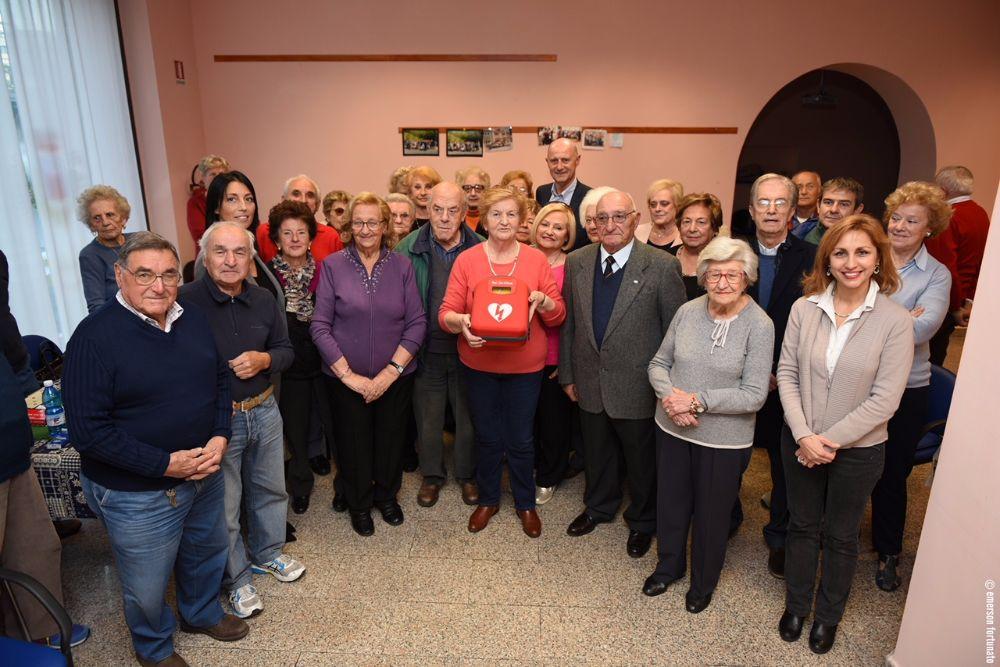 """Un defibrillatore in dono per il Centro Anziani """"L'Isola che c'è"""""""