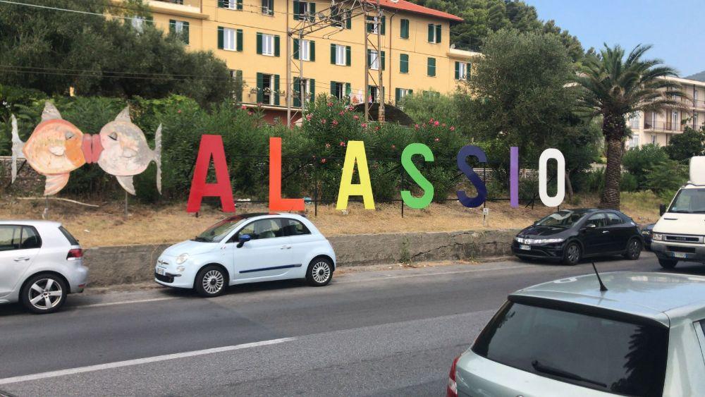 Torna la scritta Alassio all'ingresso di ponente della Città del Muretto