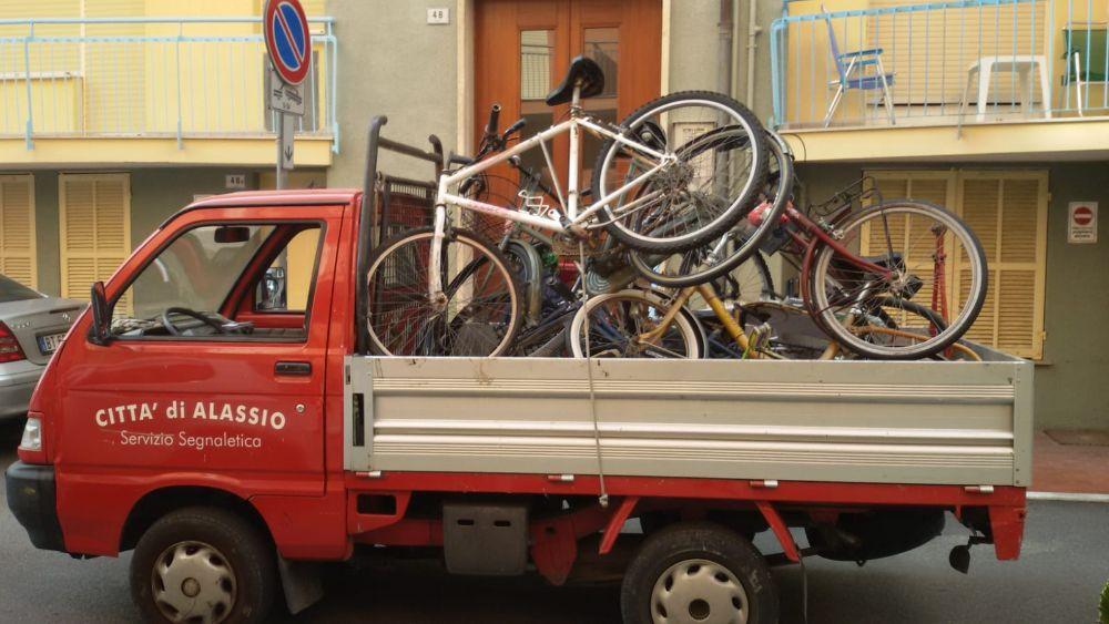 Decoro urbano: rimosse 9 bici e 5 scooter