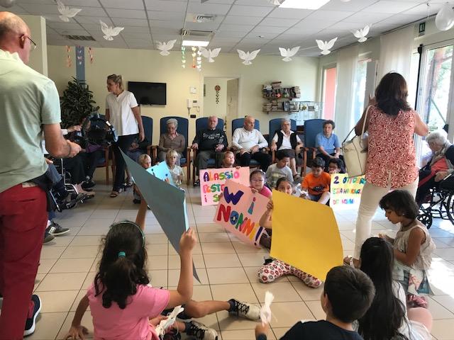 Festa dei nonni: i bimbi cucinano per gli ospiti della Giacomo Natale