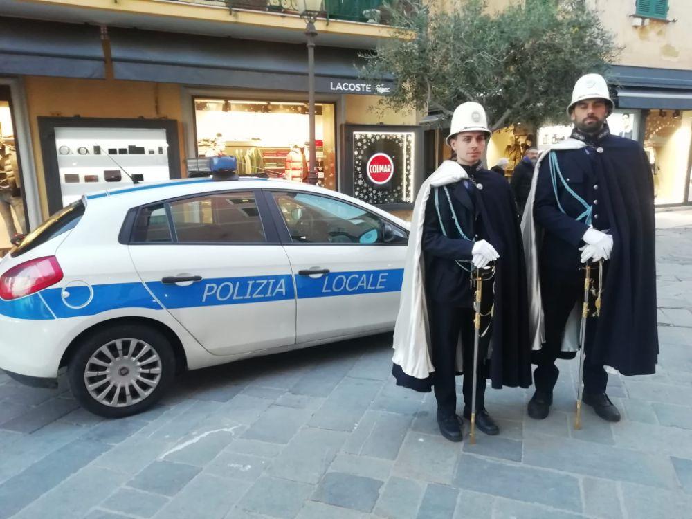 Alta uniforme e servizi mirati: Polizia Municipale e Forze dell'Ordine proteggono il Natale alassino