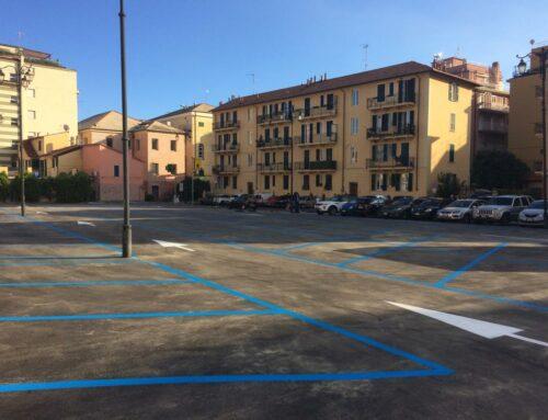 Parcheggio gratuito alla Piccola, in Passeggiata Cadorna e Via Roma  dal lunedì al venerdì.