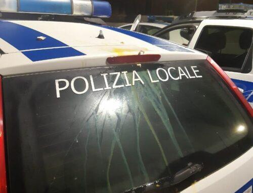 Uova sulle autopattuglie della Polizia Municipale
