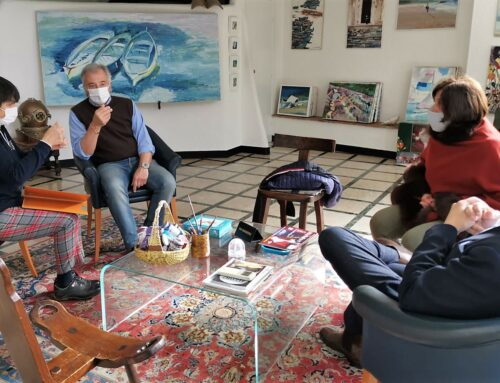 Riccardo Patrese ad Alassio: firma la piastrella ricordo del Campionato Mondiale degli schiacciasassi